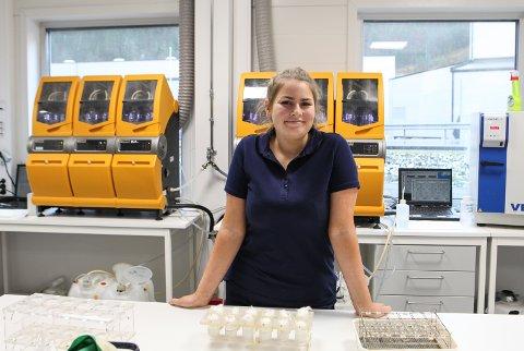 LABORANT: Frida Iden i gang med feittanalyser av oppdrettslaks. Ho er nytilflytta til Florø i år frå Io i Alver kommune.