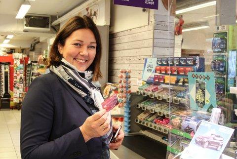 UTTAK: Nina Hovland Liseth er kundekontakt i Sparebanken Vest og har teke i bruk den nye tenesta. Fredag tok ho ut pengar til konfirmasjonsgåve på Spar i Strandgata i Florø.