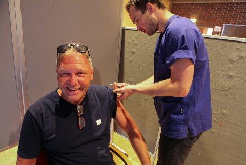 TA VENSTRA! Sjukepleiar Thomas Øren set første stikk i armen til Per Hove. - Ta den i venstra så eg har høgra parat om eg skulle svime av, seier Hove med glimt i auget.
