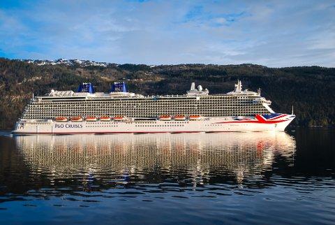 Slik såg det ut då Bildet viser cruisskipet Britannia på Nordfjorden. I slutten av april og starten av mai er det redusert moglegheit for å ta seg inn og ut fjorden med båt.