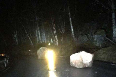 RAS: Desse steinane rasa ned på fv. 610 ved Hestvik i Viksdalen seint laurdag kveld. Dei skal no vere rydda ut av vegbana.