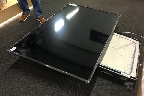 STOR TV: Det skal godt gjerast å få ein TV på denne storleiken inn i ein reisekoffert.