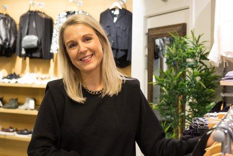 KJEKT: Linn Mari Volle ser dei lysande hjarta fleire gonger om dagen: – Eg går forbi på veg til jobb eller butikken, så hjartet på Scandic synest eg er ekstra kjekt, seier ho.