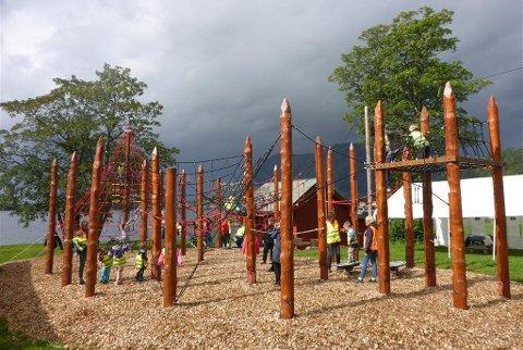 STENGD: Klatreparken i Askvoll er fem år gammal. Trass at det har vore bytt ut stokkar allereie, så er kommunen usikker på den totale tilstanden for resten av anlegget. Derfor stenger dei no ned parken til dei veit meir.