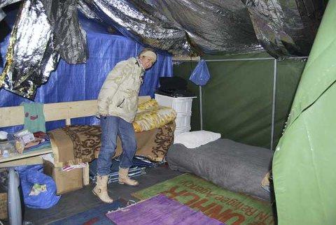 Fastboende og medhjelper: Marit Løkken Fotiou (50) fra Bærum har bodd på Lesvos i 25 år. Hun er sykepleierutdannet og jobber sju dager om ettermiddagen i Lighthouse sammen med blant annet flere leger. – Det er bare takknemlige flyktninger, jeg har blitt rundkysset flere ganger enn jeg kan telle, forteller hun.