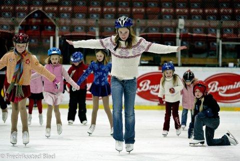 Medlemmene i Fredrikstad Kunstløpsklubb (FKK) trener i Stjernehallen: Mirelle Dahl (13) i spissen for de yngste utøverne. Foto: Nils Harald Ånstad, 06.03.2006