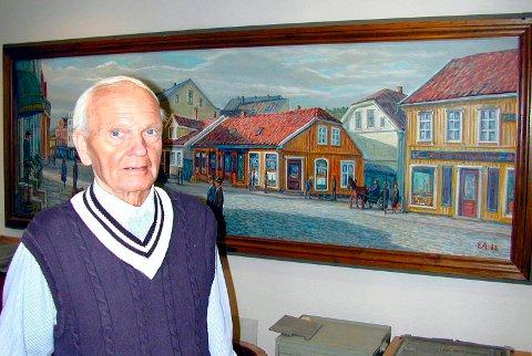 Erling Andreassen med sitt bilde fra kvartalet i Nygaardsgaten der Fredriksstad Blad tidligere holdt til. Bildet hang der inntil Fredriksstad Blad flyttet i 2008, og ble da med til de nye lokalene på Stortorvet.
