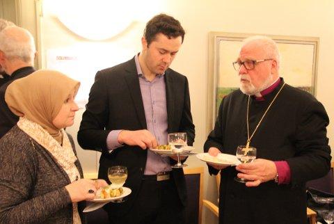- Borg Dialogforum har skapt møteplasser mellom folk fra kirker og moskeer, sa Sommerfeldt i sin tale. Her er han sammen med to representanter fra den bosniske moskeen i Sarpsborg, imam Aziz Ahmedovic og kvinnelig leder Velisa Salihovic (til venstre) i bispegården søndag