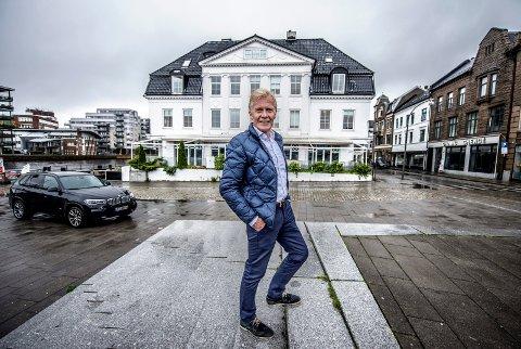 Arvid Ryen foran Storgata 15, som kan kjøpte på 80-tallet. – Her etablerte vi byens første uteservering langs brygga, minnes han.