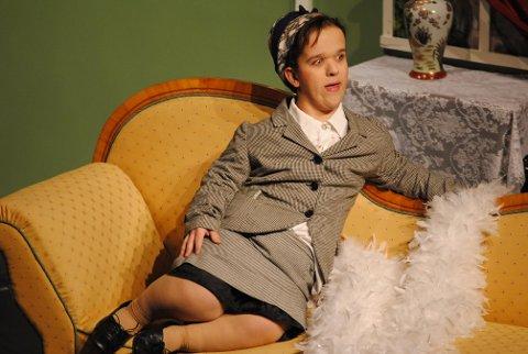 Alexander Karlsen El Younoussi i rollen som Hedda Hoffmann i «Mord over en lav sko» ved Ringerike Folkehøgskole.