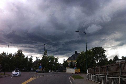 TRUENDE SKYER: Byger som kommer inn fra Sør-Sverige, kan føre til regnskurer i Fredrikstad i helgen.