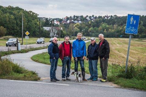 Grunneierne frykter at  monstermaster  skal ødelegge landskapet ved Kråkerøy kirke. Nå tilbyr de gratis grunnavståelse hvis kabelen heller legges i bakken. Fra venstre Arne Fuglevik, Henrik Engen, Lars Røed, Henry Femdal og Hans Th. Øiseth.