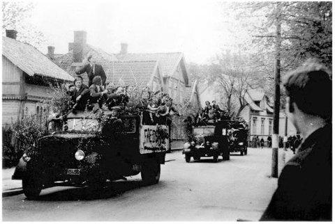 VILL JUBEL: Fredrikstad-russen 1945 kunne juble av flere grunner enn skoleslutt den våren.