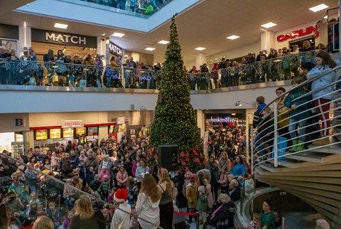 MANGE HANDLENDE: Desember har vært en travel måned i byens butikker, men ennå er det noen som mangler noen julegaver. Vi gir deg den store oversikten over åpningstidene i julen og romjulen.