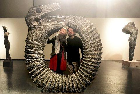 Kunstneren  Fredrik Kjensli Bråten beskuer her kunstverket sitt.
