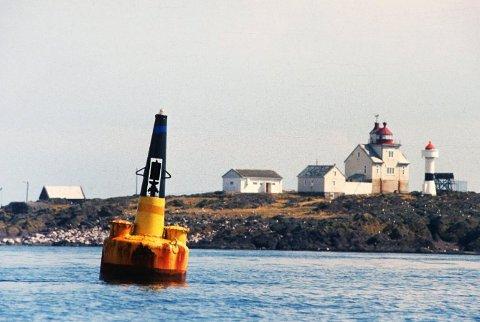 Struten fyr ligger værhardt til ytterst i fjorden.