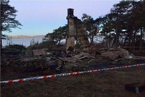 """En mann i 50-årene har tilstått å ha tent på  to hytter på Hvaler. Her er restene av Sollunds hytte ved """"Stallane"""" på Kirkøy"""