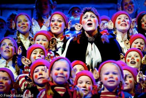 """Jule-musikalen """"Putti Plutti Pott"""" settes opp i Kongstenhallen: Nissemor (Heidi Halvorsen) synger sm.m barna. Foto: Kent Inge Olsen, 13.12.2005"""