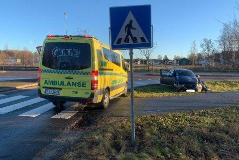 Personbilen har fått store materielle skader i ulykken. En person forteller om store smerter i det ene benet.