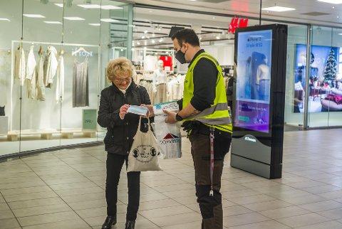Påbud om munnbind på offentlige steder, som i Torvbyen her på bildet, er noe av innholdet i koronaforskriften. Den skal behandles på nytt denne uken.