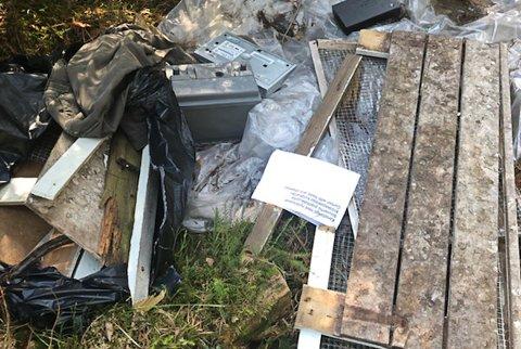 DUMPET PÅ PRIVAT EIENDOM: Dette er noe av søppelet Lise Thorsø-Mohr på Thorsø Herregård i Torsnes fant da noen dumpet et solid lass med søppel på eiendommen deres ved Thorsøveien.