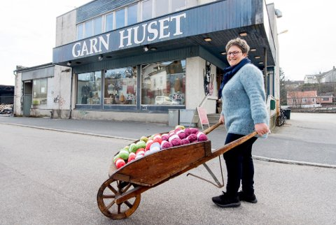 GODE TIDER: Bodil Ersland Wiersholm sier at butikken har gått godt under koronaepidemien. Folk har villet strikke, og nye kunder har kommet til.