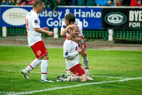 FFK hadde ikke slått Rosenborg på hjemmebane siden 1971, men da seieren først kom, ble det et fyrverkeri av en kamp! For FFK serverte en fotballfest av de sjeldne og banket trønderne med utrolige 5-1. Her har Raymond Kvisvik scoret. Foto: Kent Inge Olsen, 03.08.2005