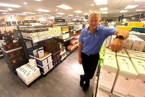Knut Peder Pettersen, sjefen for Vinmonopolet i Torvbyen,  sier nedgangen i omsetning er ventet.