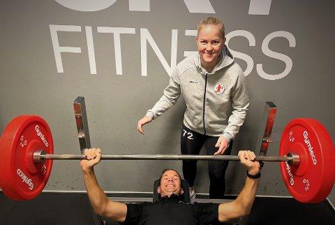 """Denne uken startet Martine Helland som personlig trener på Sky fitness. Her hjelper hun markedssjef Lars Petter Brovold med å sette ny """"pers"""" i benkpress."""
