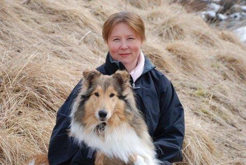Lill Kristin Nilsen og familien har lett etter hunden Cara i ni dager. Nå utlover de en dusør på 20.000 kroner til den som kan finne igjen hunden.