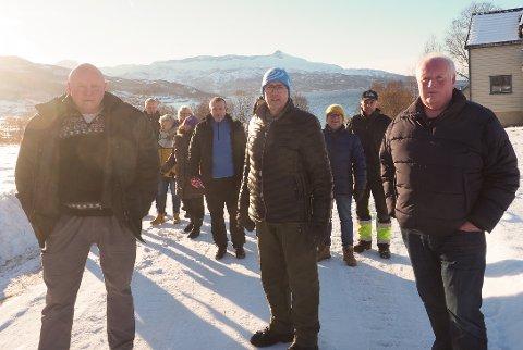HÅPER PÅ FLERTALL: Ulf Ragnar Hanssen (i midten) og de andre beboerne ved Emmenestangen håper at Rune Østergren, Fremskrittspartiet, og Paul Rosenmeyer, Høyre, sammen med Senterpartiet klarer å samle flertall for et forslag om at Narvik vann skal ta på seg utbyggingen av kommunalt avløp i området. Det vil spare beboerne for store summer.