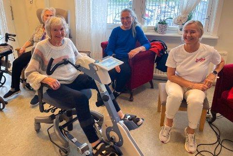 OPPTRENING: På sykkelen sitter Ruth Johanna Luneborg (83), sammen med aktivitørene Karin Johansen og Ann-Helen Remman. På mandag går startskuddet for den internasjonale konkurransen «Road Worlds for Seniors.»