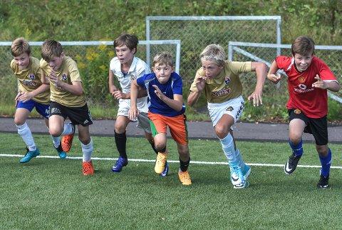 FOKUSERTE: Ingenting i veien med konkurranseinstinkene til ungene under kappløp på Åsgårdstrand IFs fotballskole 2017.