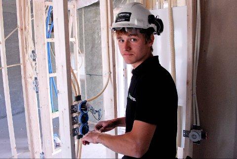 Det er ikke nok lærlingplasser i kommunen til alle som trenger det, og spesielt elektro– og byggfagene er rammet. På bildet ser vi Mathias Nødland som under læretiden kom på andreplass under elektriker–VM i 2012 (arkivfoto: Bjarte Espedokken).
