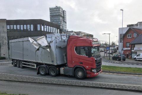 Slik så traileren ut etter å ha forsøkt å kjøre under jernbanebroa i Bryne sentrum.