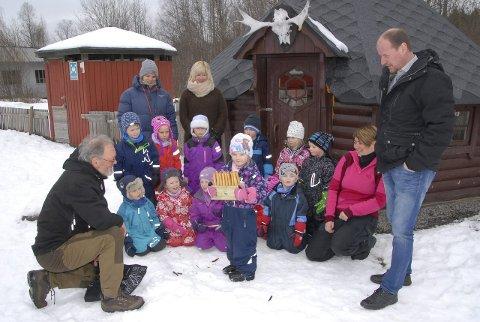 Kniver: Fylkesråd Thomas Breen (til høyre) og Knut Monssen fra Hamar Naturskole delte ut nye spikkekniver til Tjura Barnehage. De er mest ute i Hedmark. Foto: Marit T. Strande