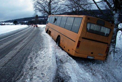 Ulykke: Passasjerer uten belte kan bli kastet rundt i eller ut av bussen. Jo høyere fart, jo større kraft. I beltekampanjen viser bevegelses-energien en usikret passasjer får – «vekten til en elefant»