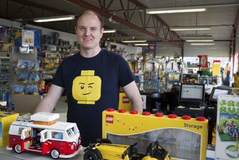 FYLT MED LEGO: Vegard Flaamo (41) har drevet  spesialbutikk for LEGO i snart et år.. En strålende start, nå må vi planlegge om vi skal utvikle konseptet,           sier han.  bilder: PER HÅKON PETTERSEN