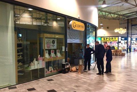 INNBRUDD: Politiet hadde sperret av området rundt butikken Guldfynd og gjennomførte undersøkelser.