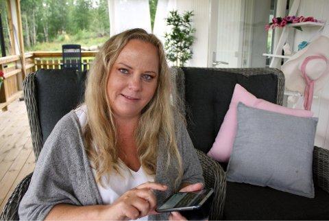 PÅ NETT: Mobilen er Tanja sitt verktøy. Hun bruker den til å ta bilder, og dele og publisere oppskrifter.