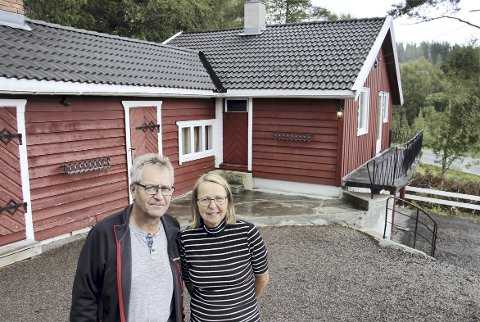 ENEBOLIG ELLER UTHUS?: Eidskog kommune mener bygningen i bakgrunnen er en enebolig eller en tomannsbolig. Jan Kristiansen og Jenny Håkonsen hevder at det er et uthus.BILDER: SIGMUND FOSSEN
