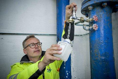 RUTINE: Hver eneste uke tar GIVAS vannprøver rundt om i ledningsnettet sitt. Avdelingsleder vann, Tom Kenneth Bratberg, fyller prøveflaska fra krana i Kurulia høydebasseng i Kongsvinger. I løpet av et år blir det tatt rundt 1000 slike prøver av drikkevannet som GIVAS har ansvaret for.