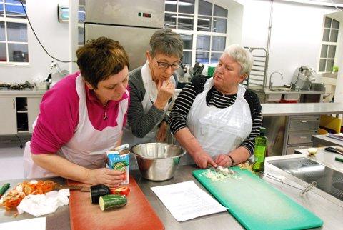 - Blir dette riktig tro? Fra venstre Mari Nerjordet, Louise Sveum og Bjørg Haugli kokkelerer etter beste evne.