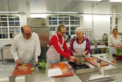 Jens Harald Fossheim og Mary Myrhaug Kurland får assistanse av praktikant Ingrid Ulven.