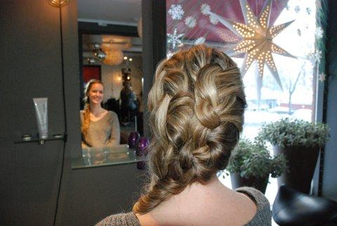Bruk mange hårspenner så frisyren holder seg på plass.