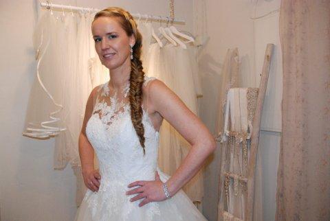 Elisabeth Rud i en La Sposa-brudekjole med fine detaljer. Smykker fra Lily og Les Accessoires.