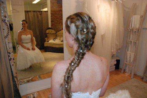 Flere hårsmykker er festet i den lange fletten.