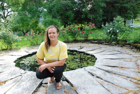 Julie Sigstad i det flotte hageanlegget på Sigstad gård.