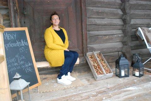 Julie Sigstad utenfor stabburskafeen på Sigstad gård på Biri.