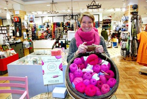 - STRIKK I ROSA: Det oppfordrer Kristin Landmark, butikksjef på Husfliden Lillehammer, som støtter årets Rosa sløyfe-aksjon.